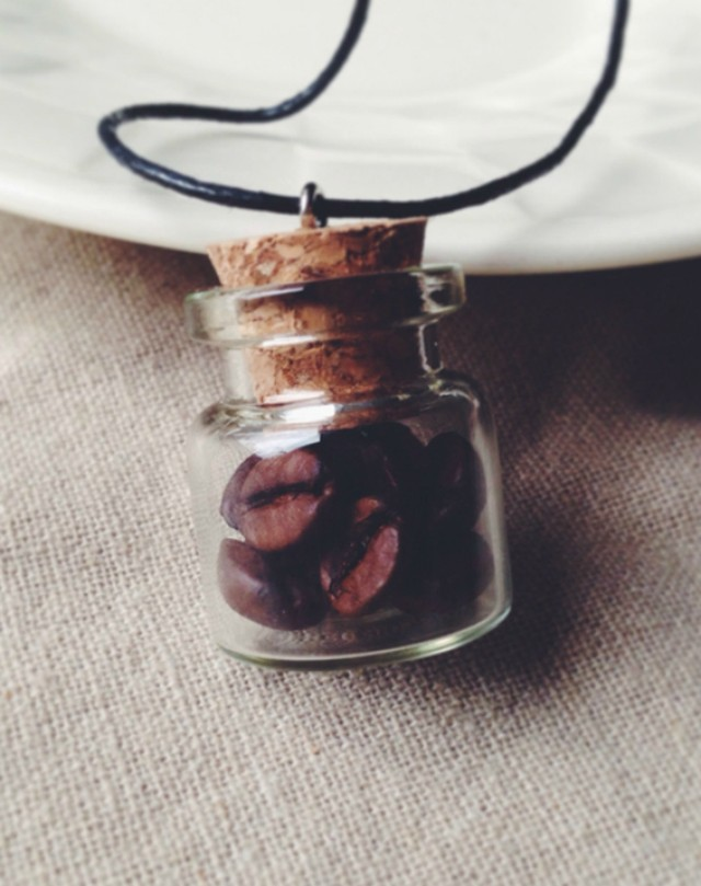 17. Кулон Кулон в виде миниатюрной баночки, заполненной кофейными зернами.