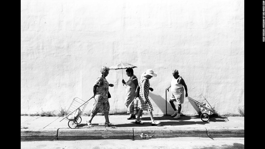 Люди прогуливаются по Шестой улице неподалеку от проспекта Вашингтона, 1978. Снимки Монро будто пере