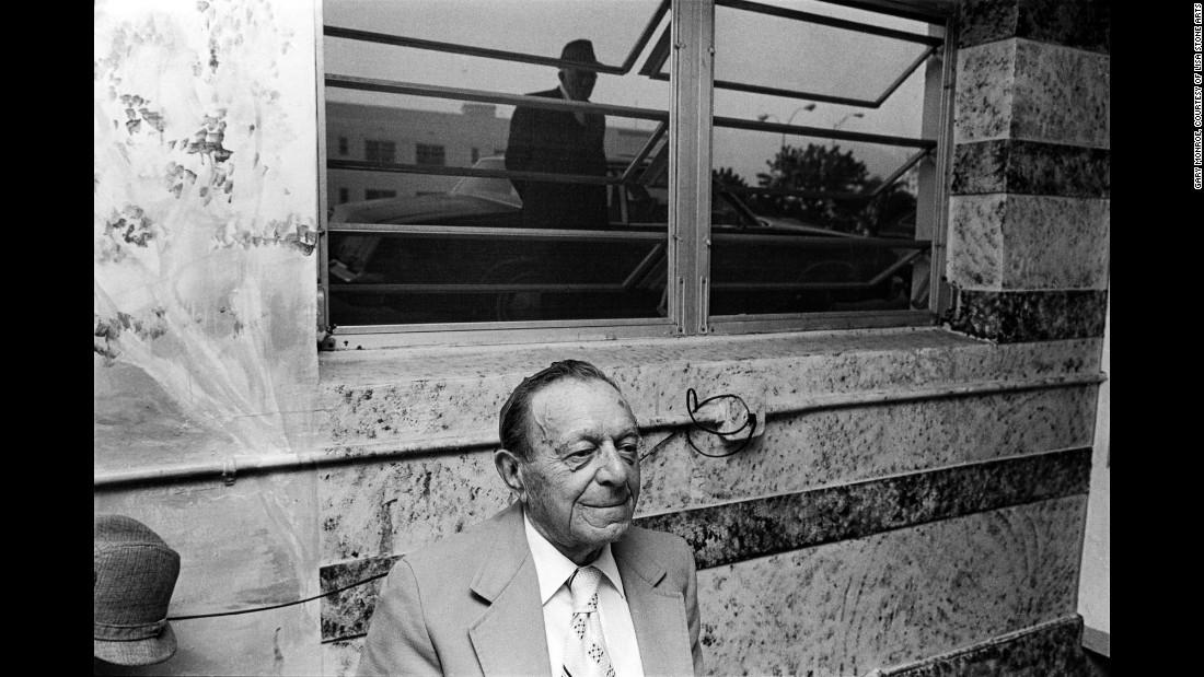 Мужчина в ресторане отеля «Эстор», 1984. Монро сам родом из этой части Майами-Бич, и обычно он делал