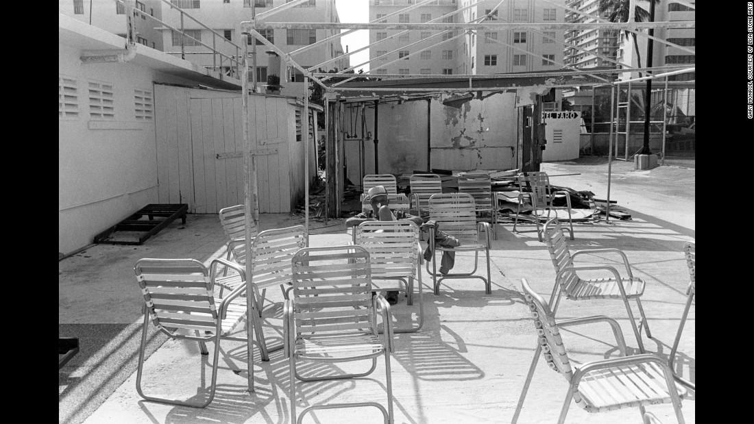 Мужчина окружен стульями, 1982. Монро говорит, что сегодня Саус-Бич можно описать как место, где «ту