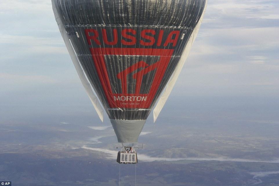 Скорость полёта воздушного шара достигала 240 километров в час. На высоте около 10600 метров Конюхов