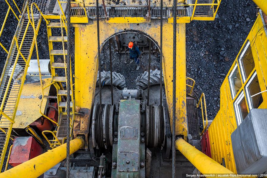 20. Это еще более крупный ЭКГ-10 с 10-тонным ковшом. Сейчас он загружает в самосвалы добытый уголь.