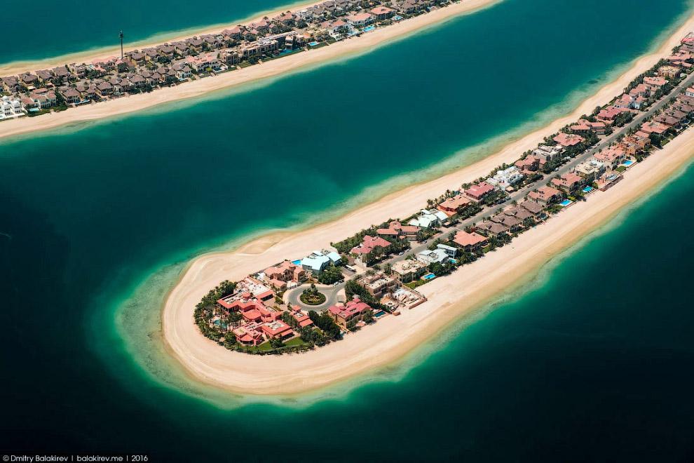 19. Вид на отель Atlantis The Palm. Клочки песчаной пальмы соединяет ветка метро, под которой проход