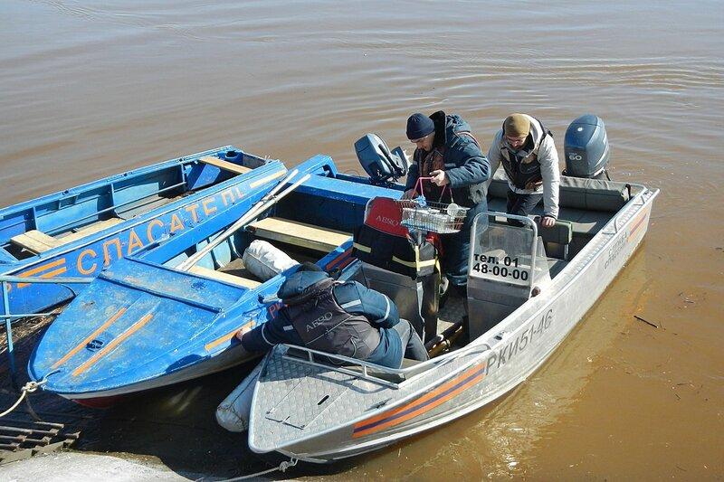 Моторные лодки спасателей МЧС, на которых мы плавали вверх по реке