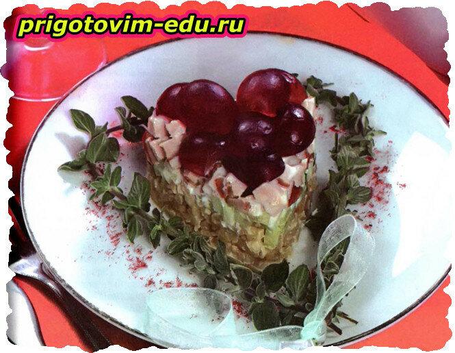 Салат с булгуром, виноградом и курицей