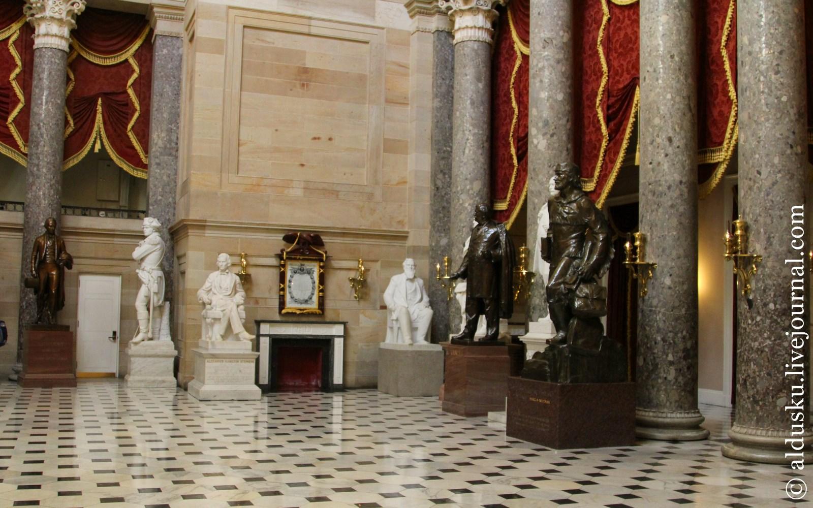 Национальный Скульптурный Зал. В глубине Декларация о независимости