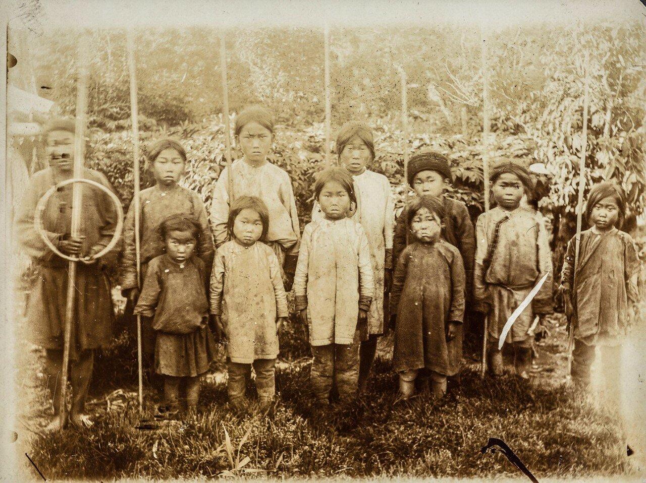 Групповой портрет детей нивхов