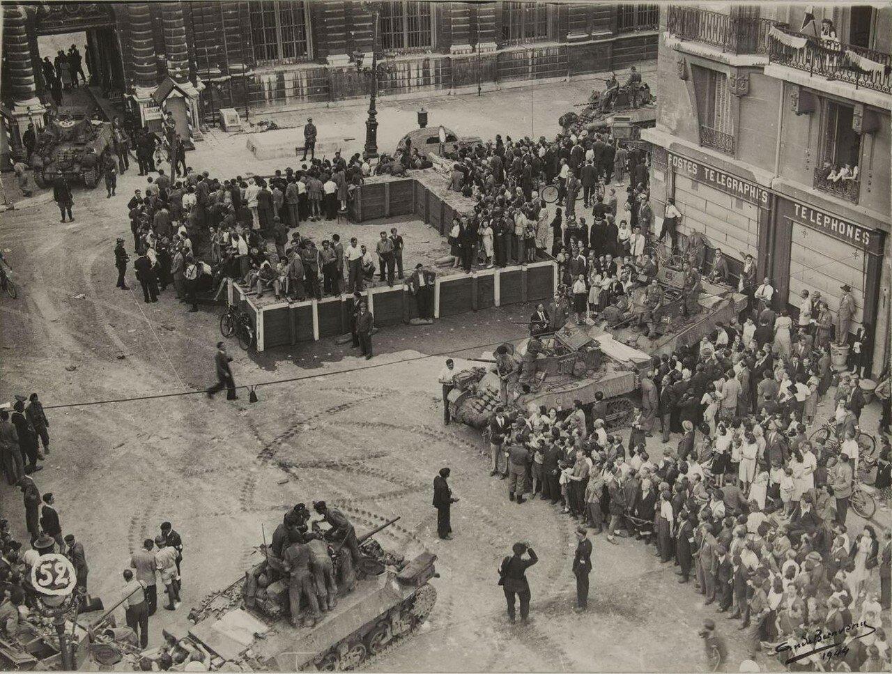 25 августа. Толпа и танки перед Сенатом