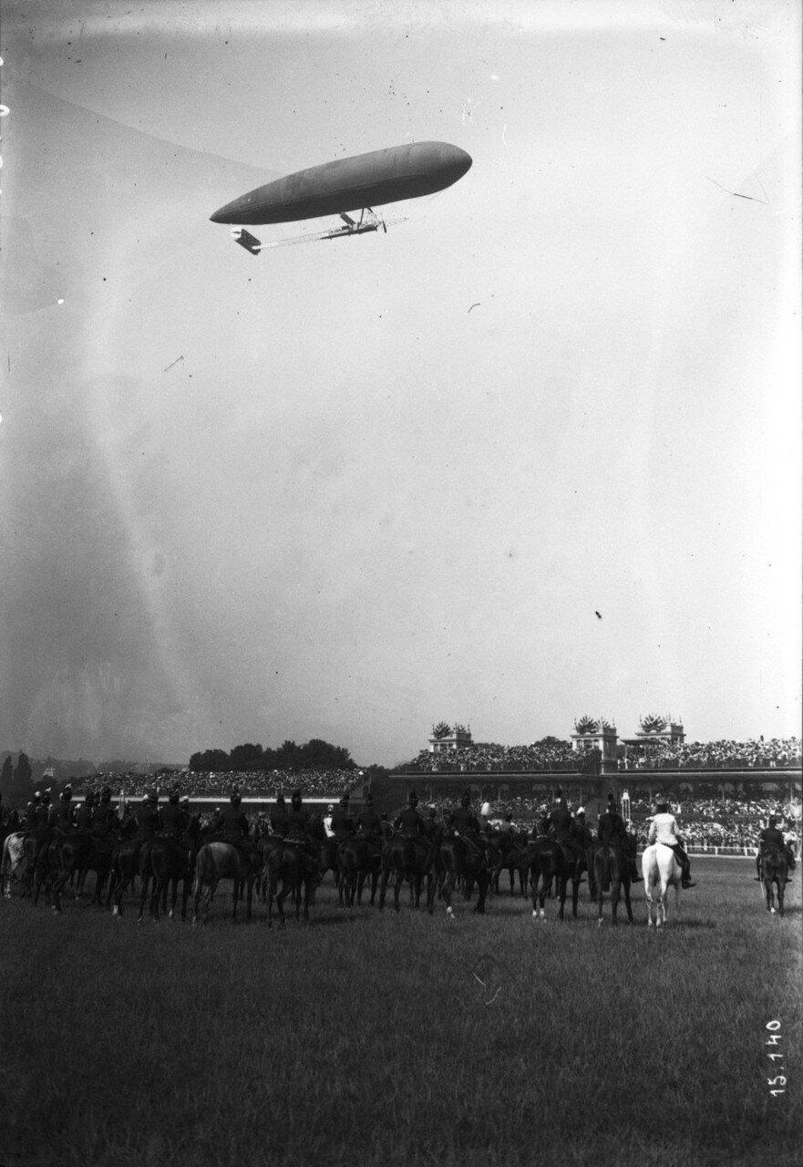 1911. Всадники на ипподроме Лоншан наблюдают полет дирижабля