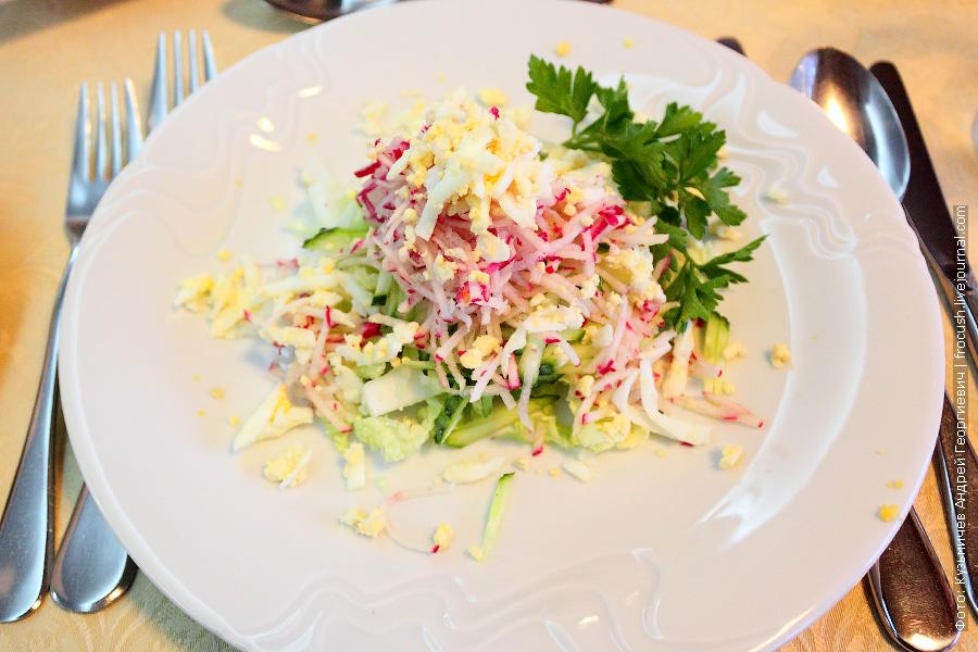 Салат «Весна» (редис, свежие огурцы, яйцо и китайская капуста)
