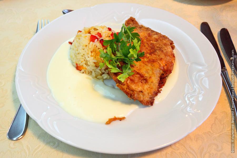 Свинина «Бризоль» с сыром, рис овощами, соус «Бешамель»