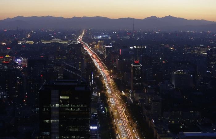 Транспорт на главном пекинском проспекте в вечерний час пик.