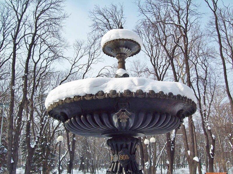 Фонтан в Мариинском парке зимой
