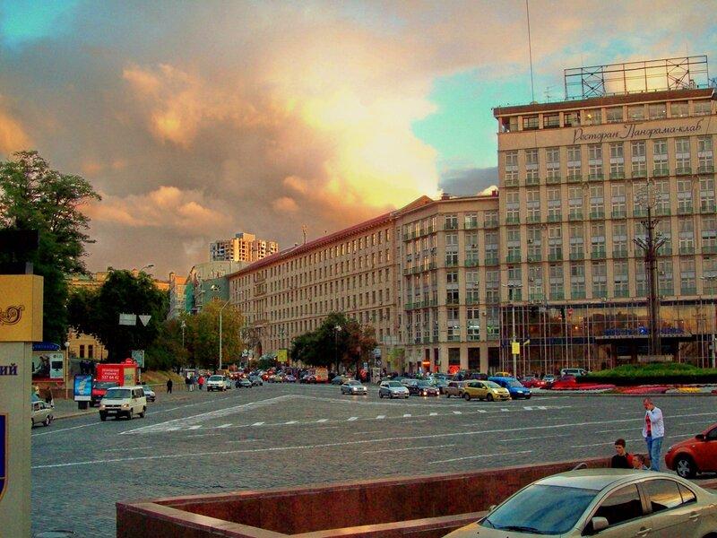 Гостиница Днепр и начало улицы Грушевского