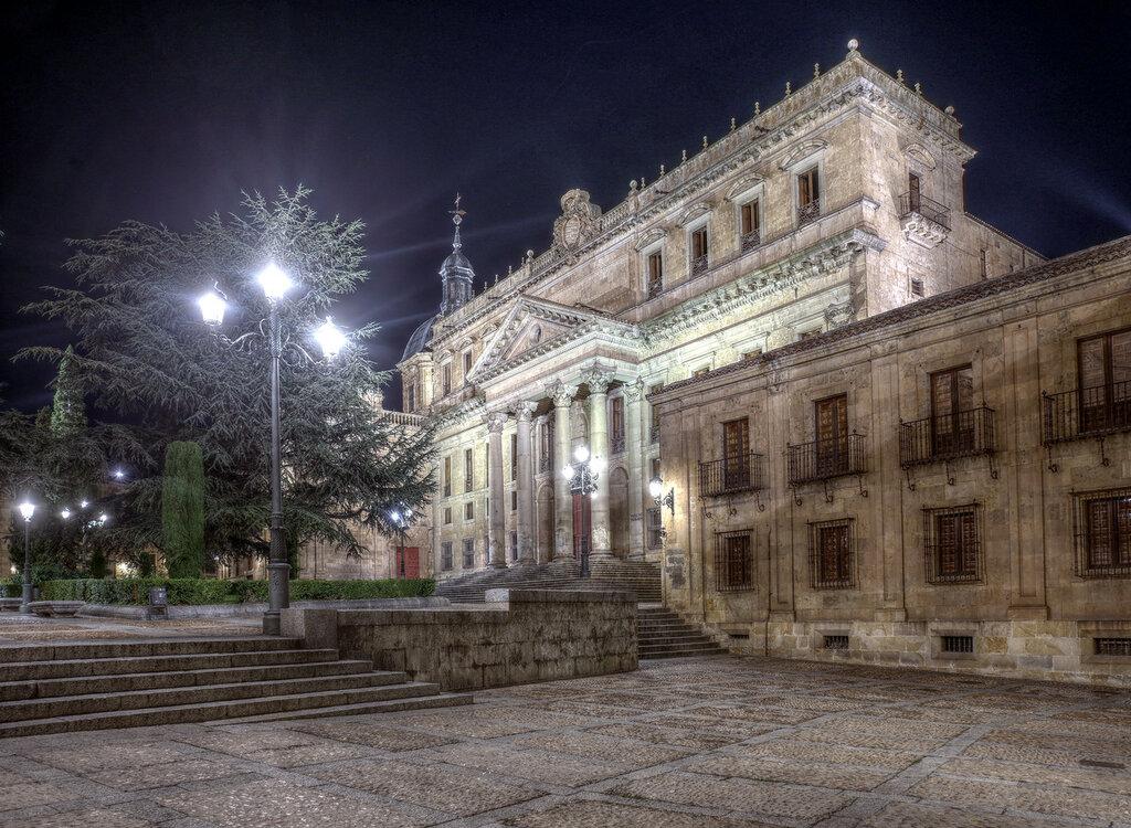 Ночная Саламанка. Колледж Святого Варфоломея (Colegio Mayor de San Bartolomé). HDR