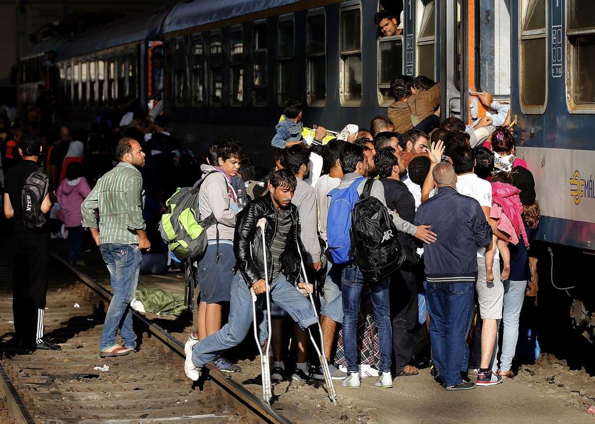 Штурм Будапешта: Мигранты с Ближнего Востока на ж/д вокзал венгерской столицы (30)