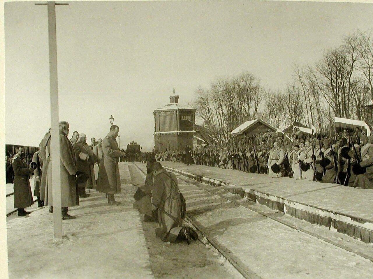 08. Император Николай II с иконой в руках благословляет полки и напутствует их в поход