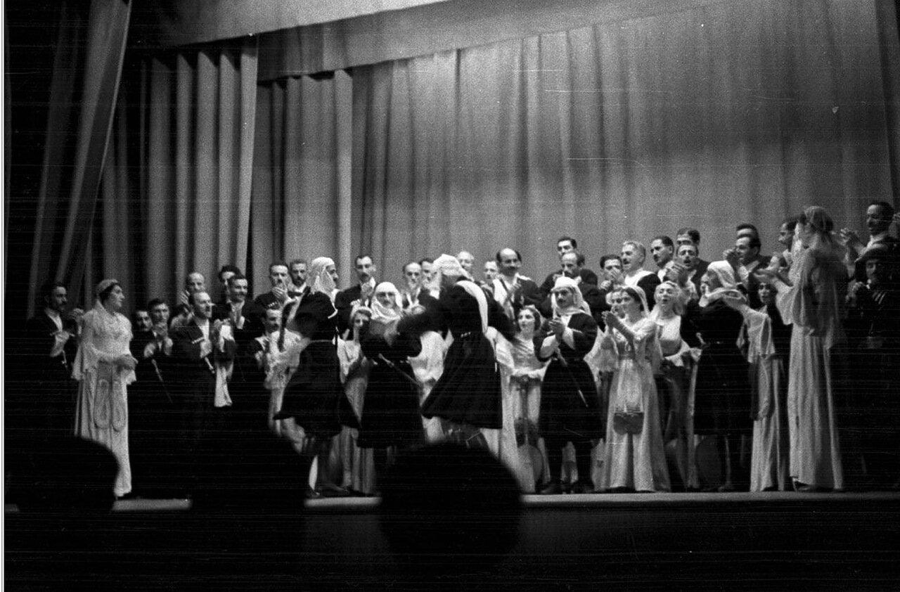 33. Группа актеров в театре