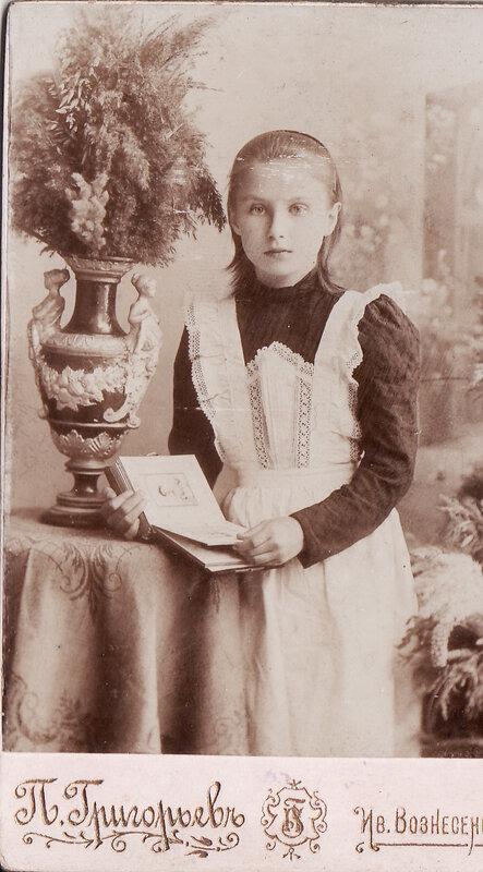 Гимназистка Наденька Забаева (моя прабабушка)