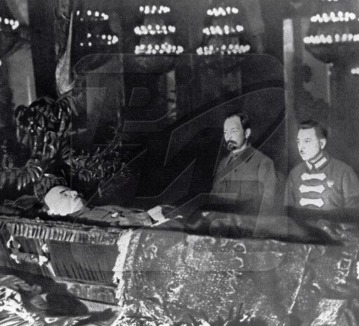 Феликс Дзержинский и Климент Ворошилов у гроба Владимира Ленина
