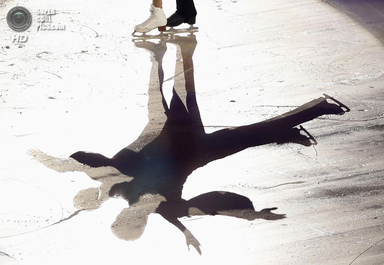 Япония. Фукуока. 8 декабря. Пан Цин и Тун Цзянь из Китая в Финале Гран-при по фигурному катанию.