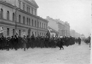 Манифестанты с правительственными флагами, плакатами и портретом императора Николая II сворачивают на Староневский проспект.