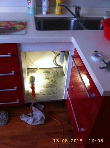 Путём титанических манёвров удалось освободить половину подмоечного шкафа