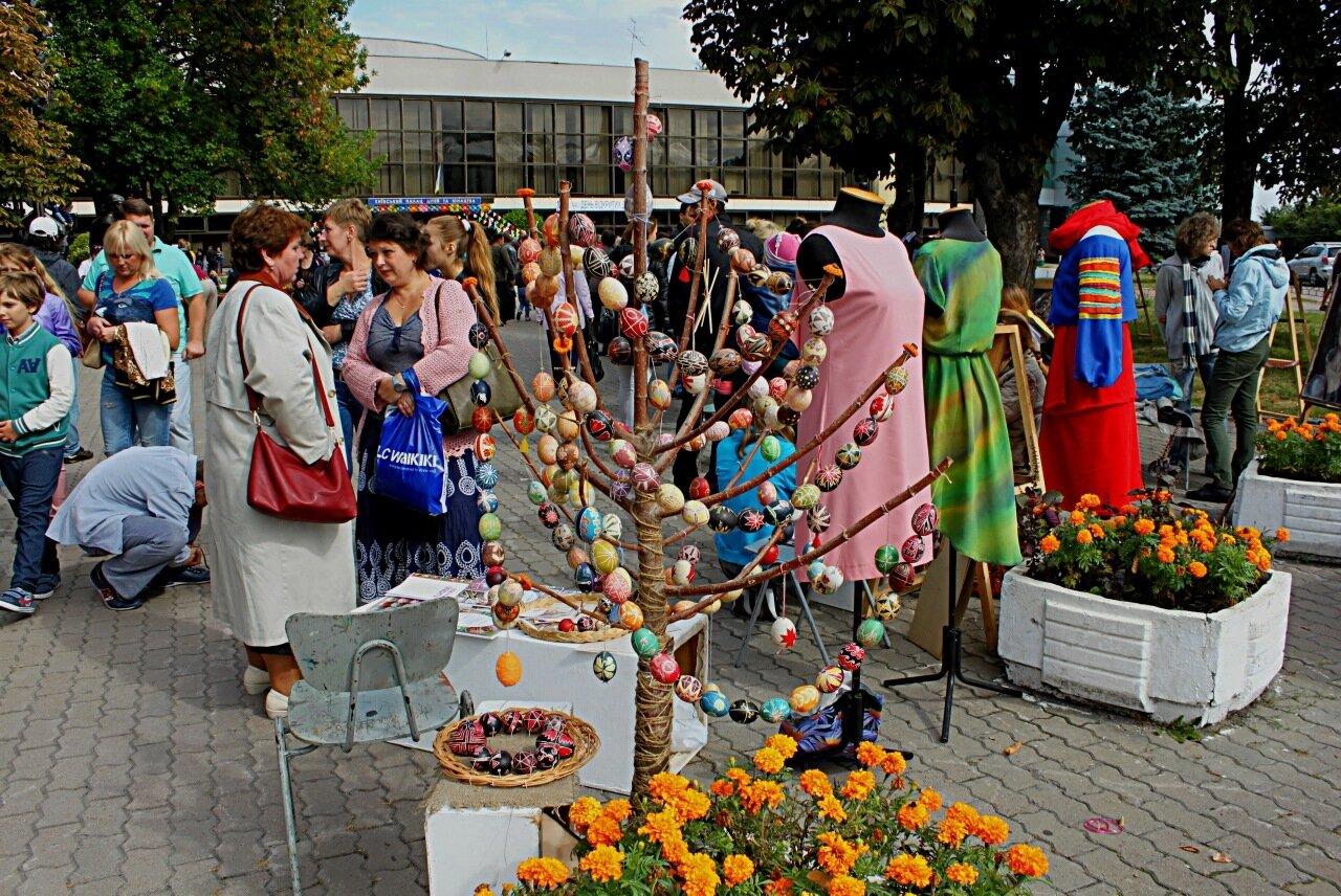 Детский праздник перед Дворцом детей и юношества