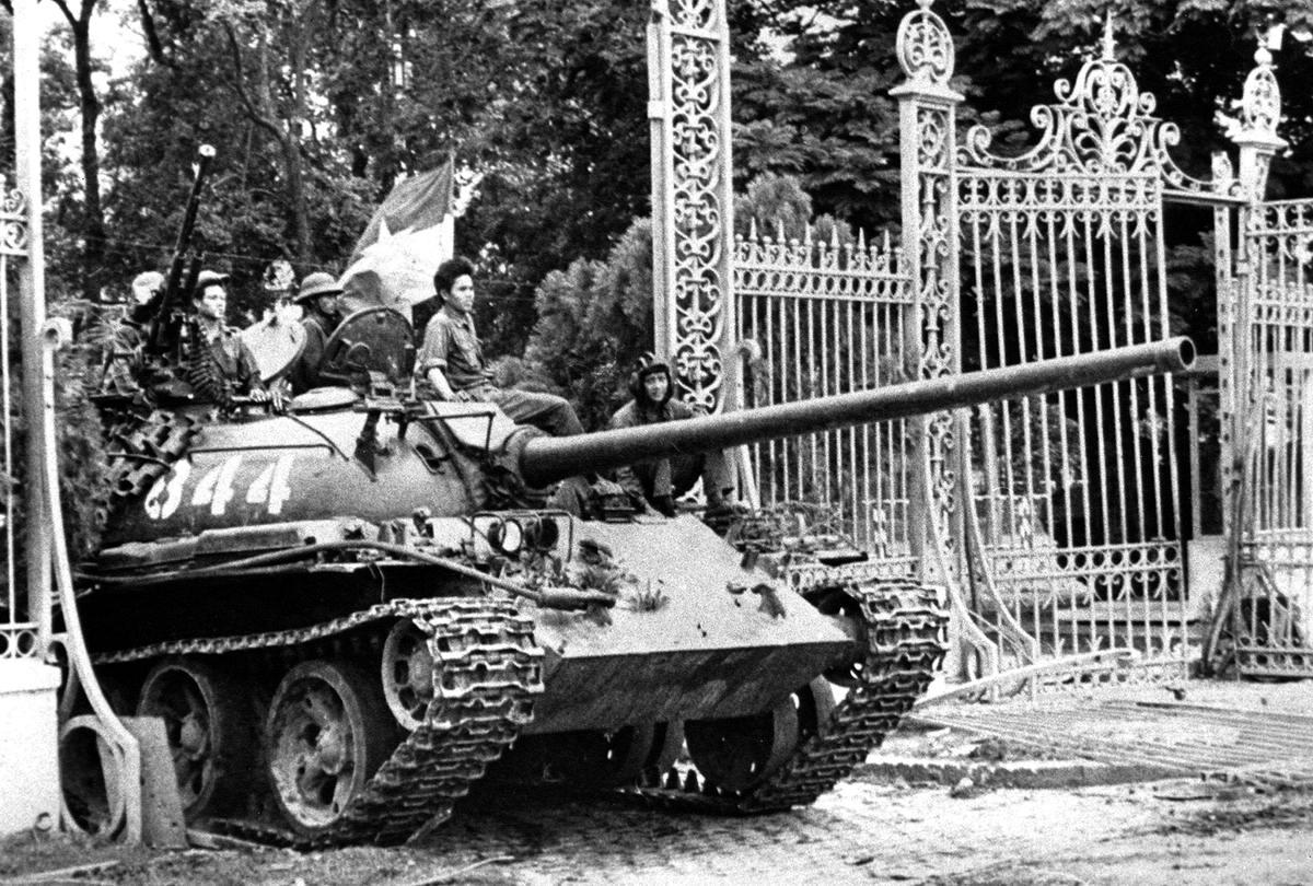 Падение Южного Вьетнама: танк северовьетнамской армии въезжает в ворота президентского дворца в Сайгоне (30 апреля 1975 года)