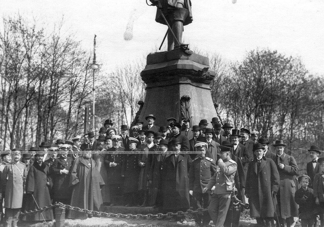 Группа депутатов Четвертой Государственной думы у памятника Петру I. 5 мая 1913