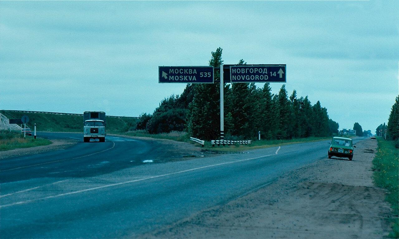 23.Дорога между Ленинградом и Новгородом у поворота на Москву
