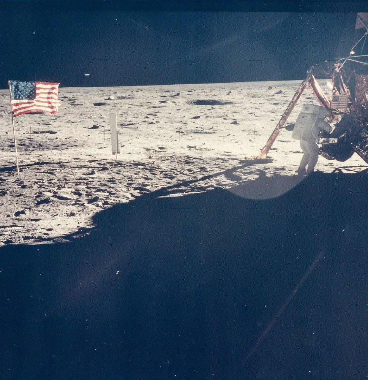 Выход на поверхность Луны продолжался 2 часа 31 минуту и 40 секунд.  На снимке: Нил Армстронг на Луне