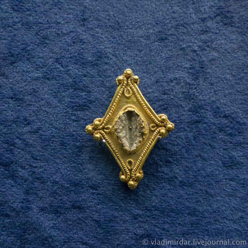 Фибула. Золото, железо, стеклянная паста. Первая половина II в. до н.э. Станица Раздольная, 1980, раскопки А.А. Нехаева.
