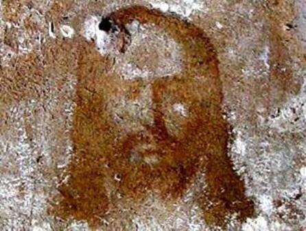 На стене появился нерукотворный лик Христа!