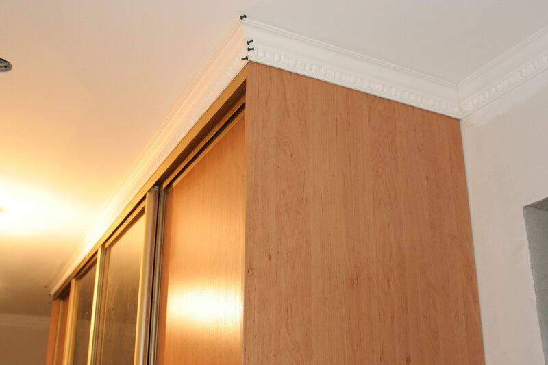 Шкаф-купе или натяжной потолок — что устанавливать в первую очередь?
