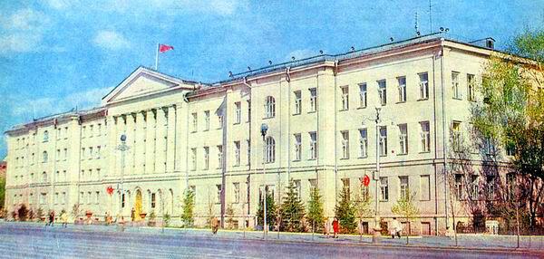 облисполком 1979 г.  Елочки только посадили