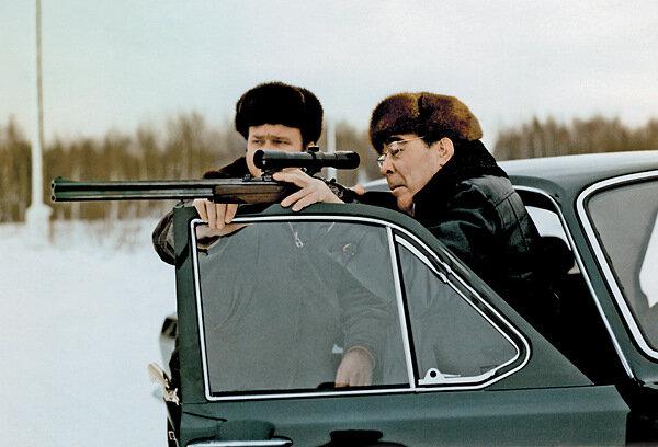 Л.И. Брежнев пристреливает новый штуцерФото В. Мусаэльяна