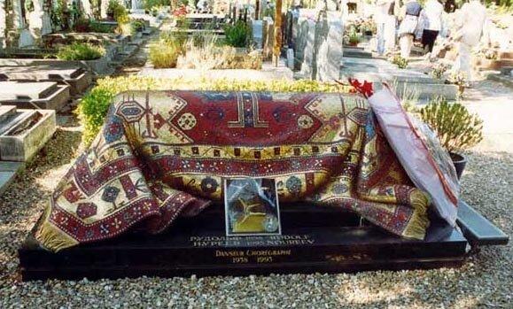 Могила Рудольфа Нуриева на кладбище Сен-Женевьев де Буа