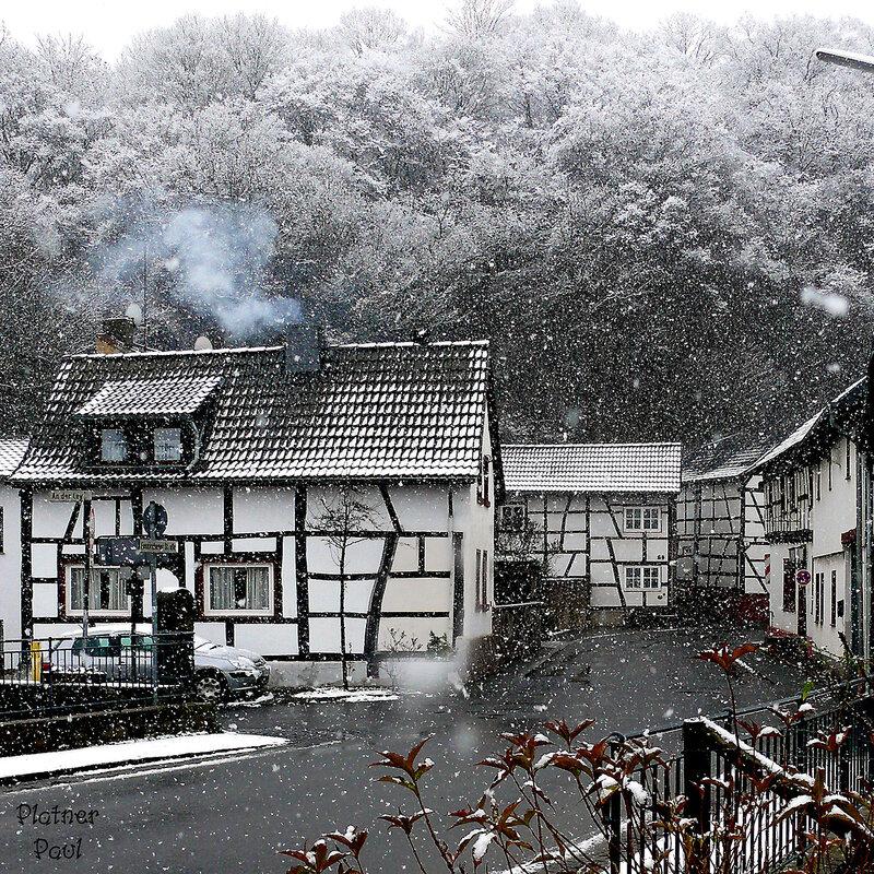 Падает тихий и нежный снежок... В домах ожиданье, а в трубах-дымок...