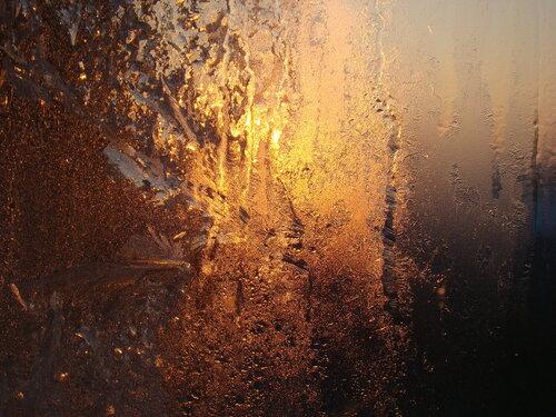 рисует узоры мороз на оконном стекле