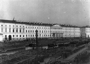 Общий вид здания института (арх. Д.Кваренги, 1804-1807 гг.).