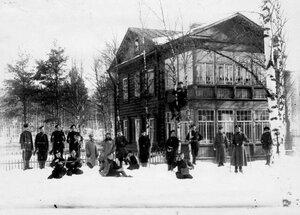 Группа офицеров и солдат гвардейской пехоты на учении в отряде Петербургской стражи.
