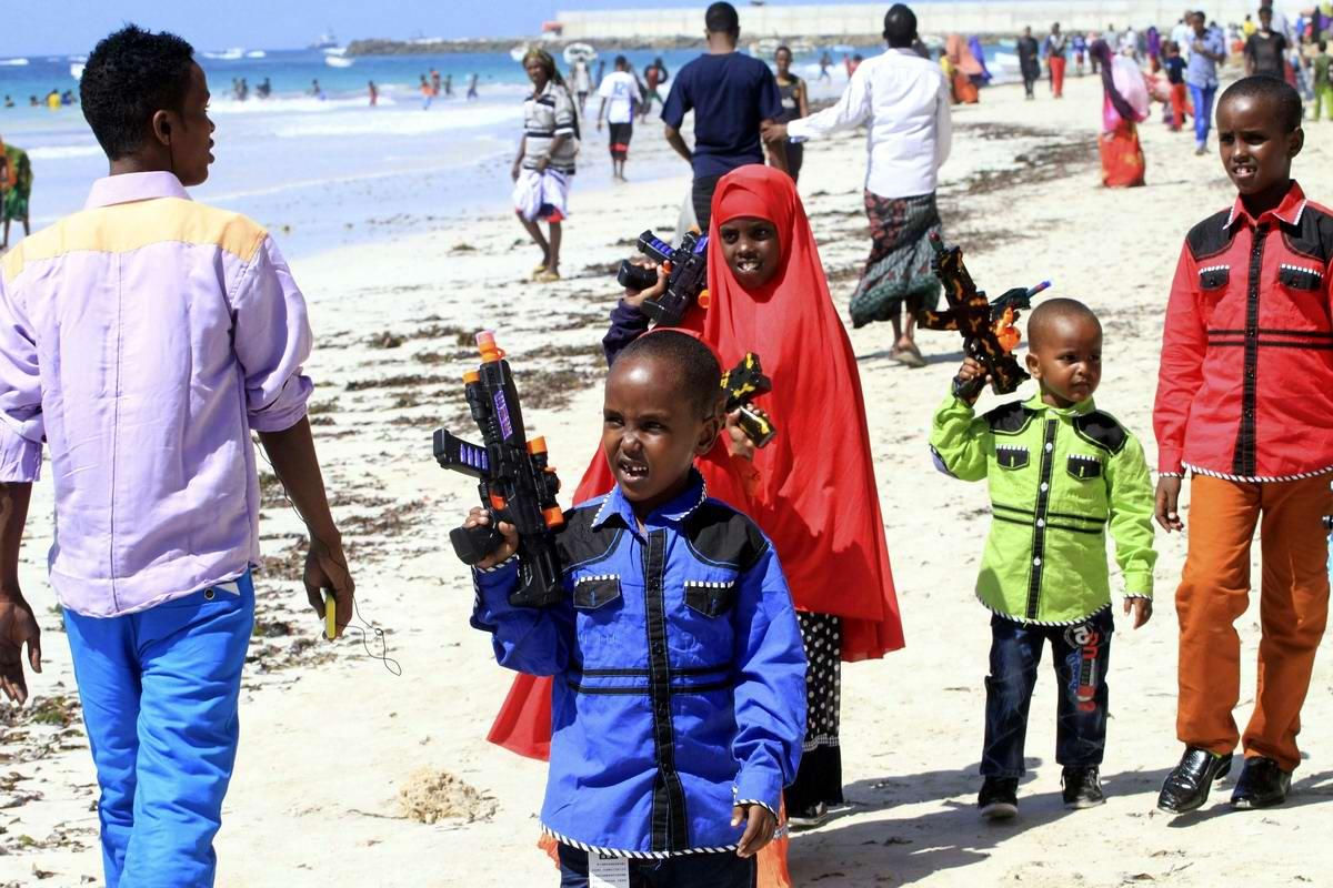 Не ходите дети в Африку гулять: Народные гуляния на сомалийских пляжах!