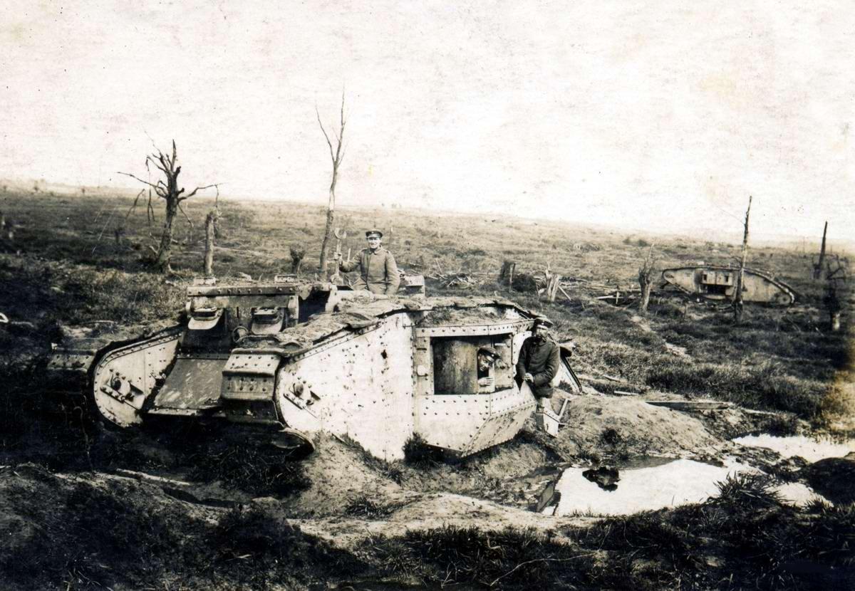 Немецкие техники занимаются разделкой на запчасти подбитого британского танка MKIV