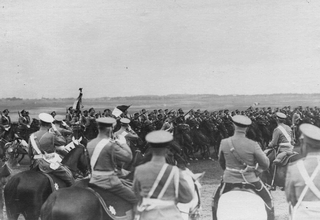 32. Император Николай II и датский король Фридрих VIII со свитой на военном поле объезжают фронт выстроенных на смотр войск.  7 июля 1909