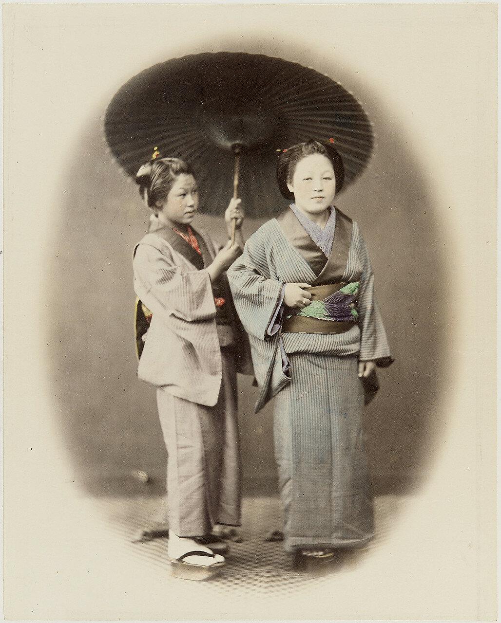 Две женщины под одним зонтом