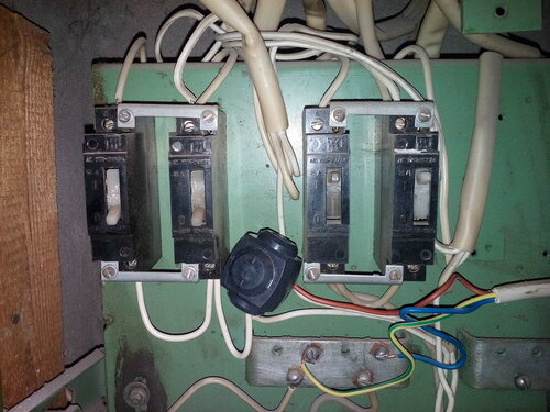 Срочный вызов электрика аварийной службы после отключения электричества в половине квартиры из-за короткого замыкания в системе освещения