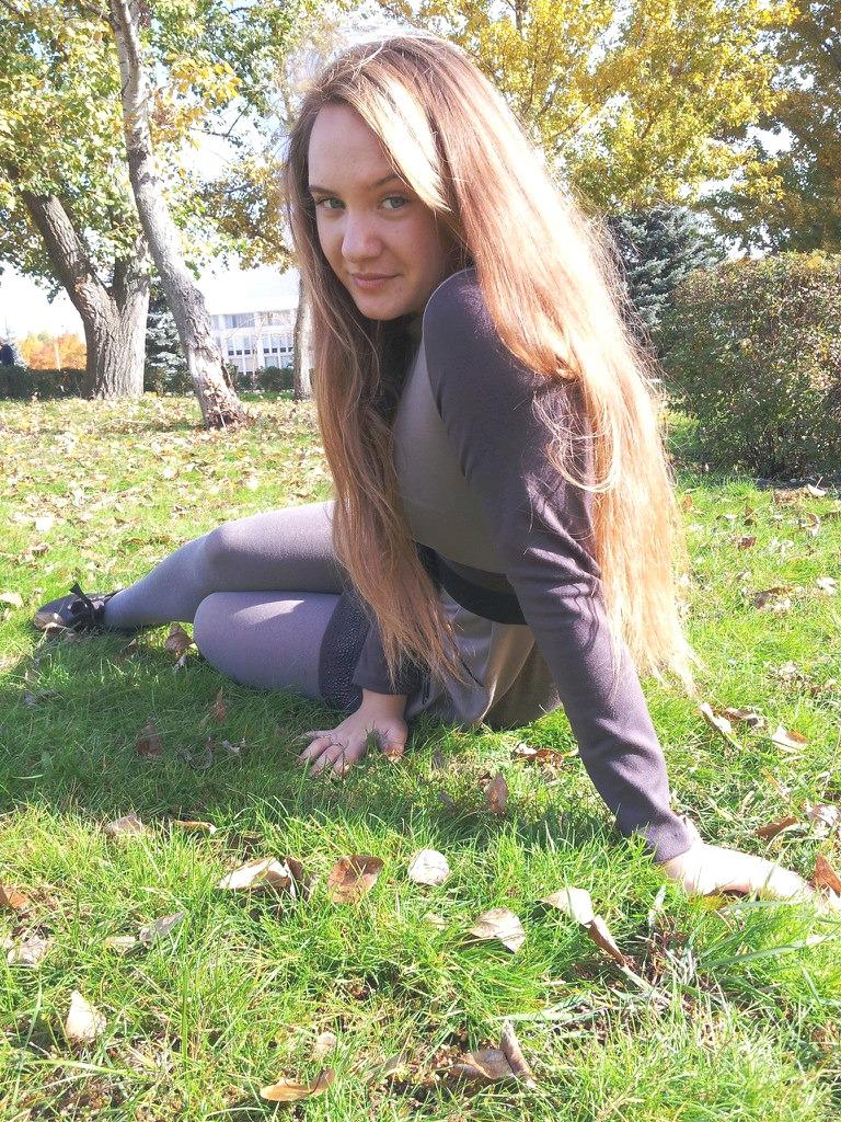 Фотосет юной красотки в колготках на траве
