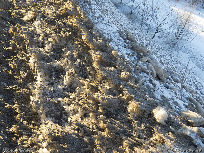Снег вдоль трассы