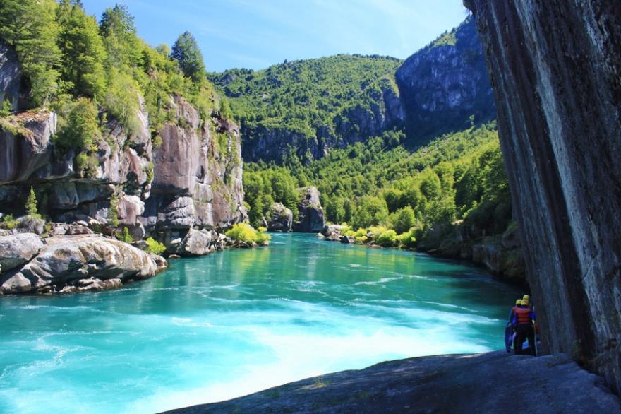 Рука с бирюзовой водой, протекающая через территорию Аргентины и Чили, привлекает любителей рафтинга